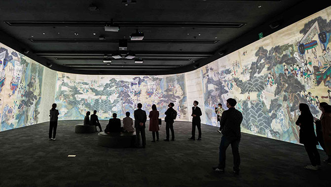Visitors admiring the mesmerizing projections on the ultra-wide panoramic screen measuring 60 meters in length (Photos courtesy of the National Museum of Korea)